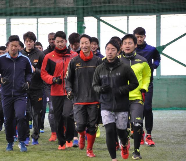 自主トレでランニングする赤松真人選手(中央)=2018年1月15日、広島県廿日市市