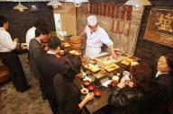 レトロ感を演出した立ち食いすし店=東京都港区で、飯塚晋一撮影、2003年11月11日