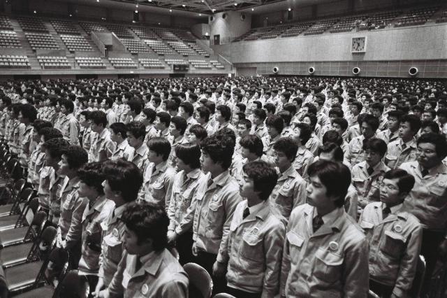 スポーツセンターで開かれたマンモス入社式=1981年4月1日