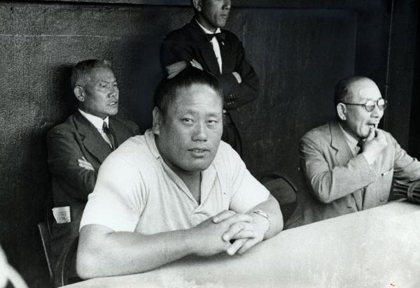 休場中に日米野球を観戦し、引退に追い込まれた横綱・前田山=1949年