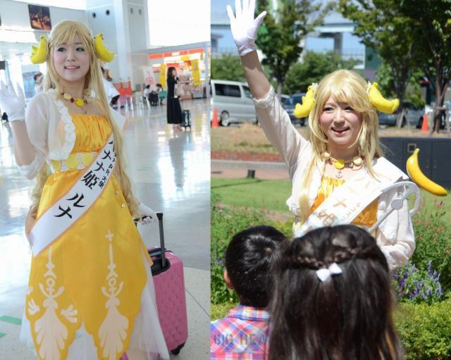 2016年8月に北九州空港から出張するバナナ姫ルナ(左)、2017年8月のバスツアー(右)