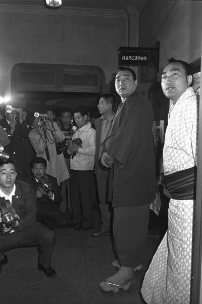 大鵬と柏戸が、巡業先の米国から拳銃を持ち帰って銃刀法違反に問われる。写真は警視庁に出頭する柏戸(右から2人目)=1965年