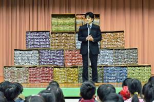 うまい棒10000本! 小学校に寄贈した男性、その意外な理由とは?