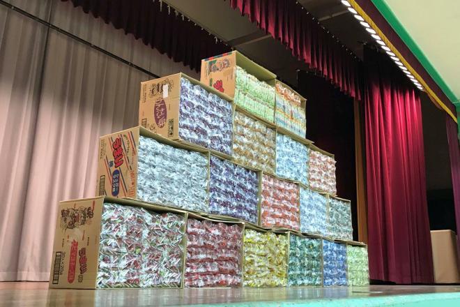 緞帳が開いてうまい棒1万本が現れると、児童たちから歓声が上がった