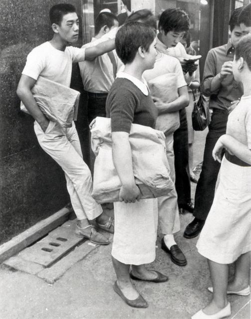 銀座・みゆき通りでの若者たち。みゆき族と呼ばれた=1964年