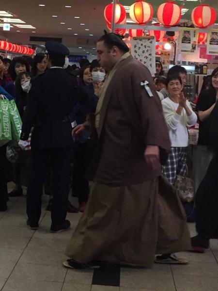 スターウォーズの「オビワン」と入待ちのファンからささやかれた茶色づくしのファッション=2015年九州場所、福岡国際センター