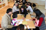 「ザ・パークハウス 西新宿タワー60」の共用スペースで開かれた、家族同士の顔合わせ会=東京都新宿区西新宿5丁目、三菱地所レジデンス提供