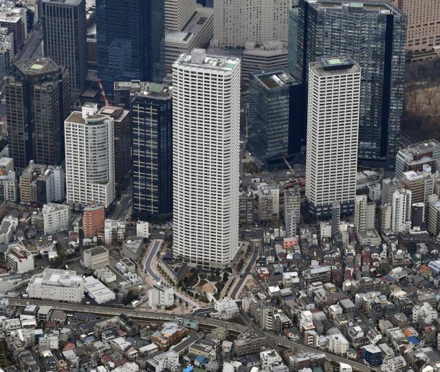 ザ・パークハウス 西新宿タワー60(中央)=新宿区、朝日新聞社ヘリから、迫和義撮影
