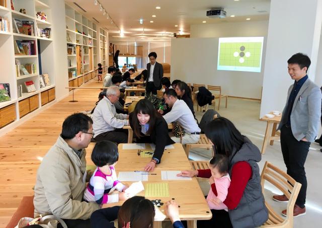 「ザ・パークハウス 西新宿タワー60」の共用スペースで開かれた、家族同士の顔合わせ会=三菱地所レジデンス提供