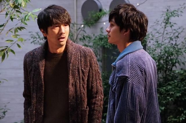 広瀬渉(眞島秀和=写真左)と青木朔(北村匠海)。ドラマ「隣の家族は青く見える」から