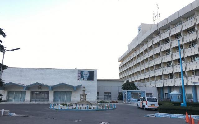 アフガンの首都カブールのインターコンチネンタルホテルには会議場(左)があり、行政関連の催しが多い。1月20日夜に襲撃を受けた=2017年7月、乗京真知撮影
