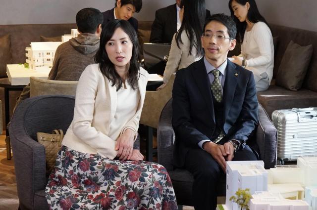 小宮山深雪(真飛聖=写真左)と夫・真一郎(野間口徹)。ドラマ「隣の家族は青く見える」から