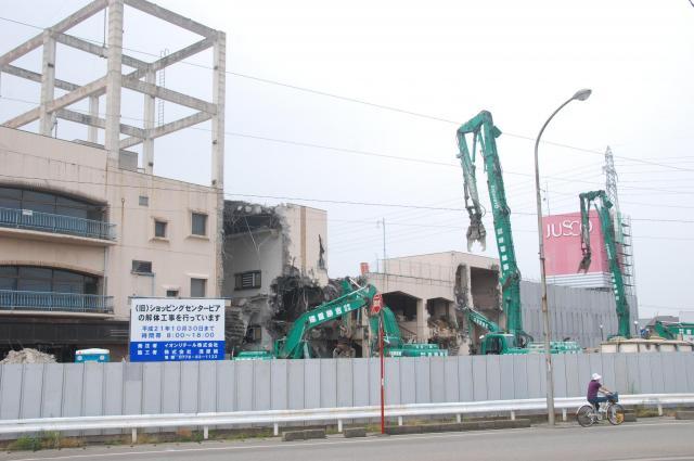 重機での外壁解体工事が始まったピア=2009年、福井市