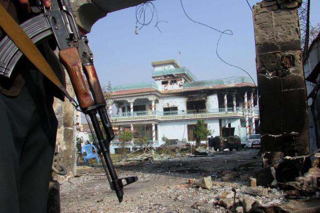 アフガニスタン東部ジャララバードで襲撃を受けた国際NGO「セーブ・ザ・チルドレン」の事務所=2018年1月25日