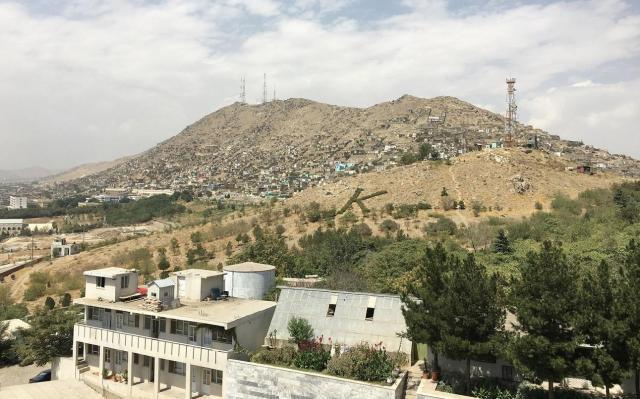 アフガニスタンの首都カブールのインターコンチネンタルホテルは丘の上にあり、上階からは町の様子が見渡せる=2017年8月、乗京真知撮影