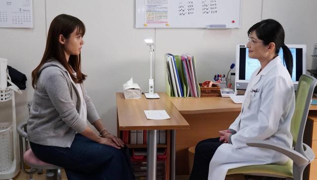 五十嵐奈々(深田恭子=写真左)と医師の片岡洋子(伊藤かずえ)。ドラマ「隣の家族は青く見える」から