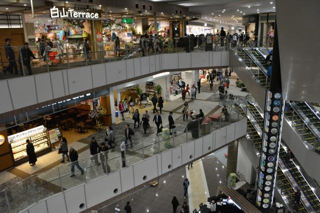 買い物客が続々と訪れるイオンモール新小松=石川県小松市