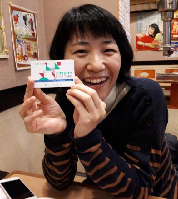 パリオのカードを持つ稲木美江さん=福井市