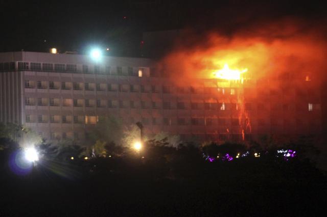 襲撃を受け炎を上げるカブールのインターコンチネンタルホテル=2011年6月29日