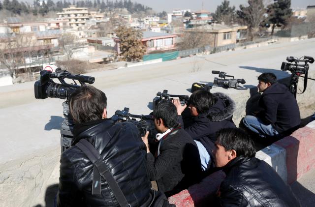 事件現場を取材するアフガニスタン人記者たち=2018年1月21日