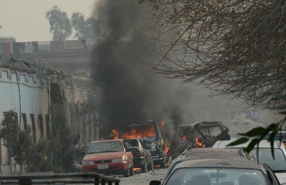 アフガニスタン東部ジャララバードの国際NGO「セーブ・ザ・チルドレン」事務所前で車爆弾が爆発、襲撃犯が施設内で銃撃を始めた=2018年1月24日