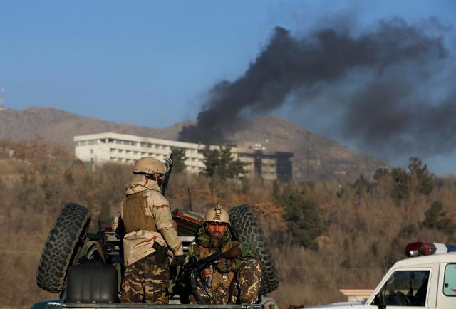 襲撃されたインターコンチネンタルホテルを包囲するアフガニスタンの治安部隊=2018年1月21日