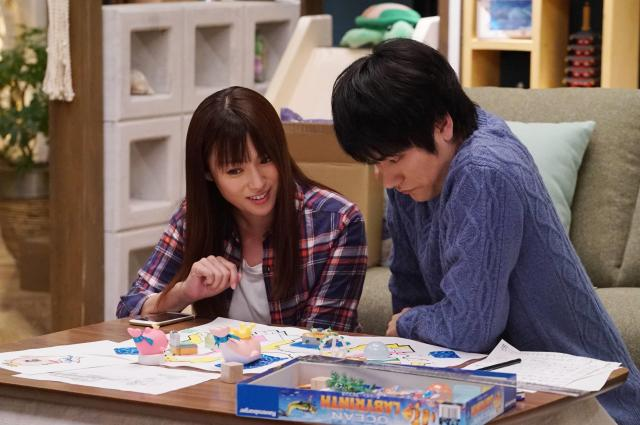 五十嵐奈々(深田恭子=写真左)と夫・大器(松山ケンイチ)。ドラマ「隣の家族は青く見える」から