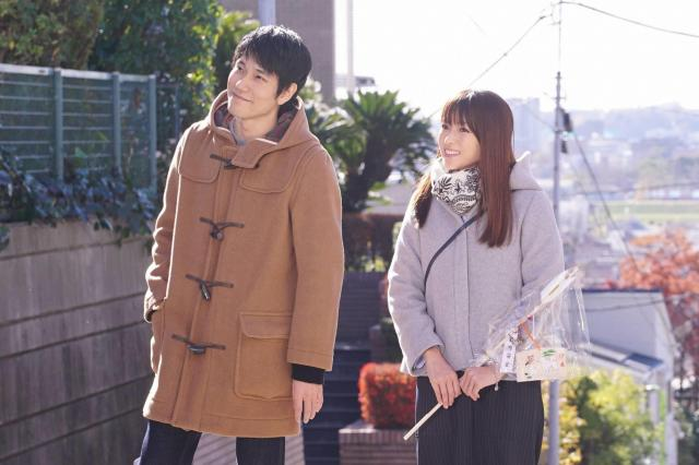 五十嵐奈々(深田恭子=写真右)と夫・大器(松山ケンイチ)。ドラマ「隣の家族は青く見える」から
