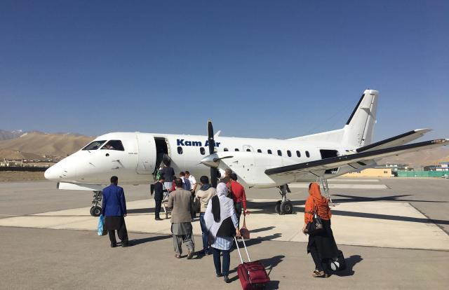 アフガニスタンの民間航空会社「カーム航空」の国内便。同社が定宿としていた首都カブールのインターコンチネンタルホテルが1月20日に襲撃され、添乗員ら11人が犠牲になった=2017年7月、乗京真知撮影