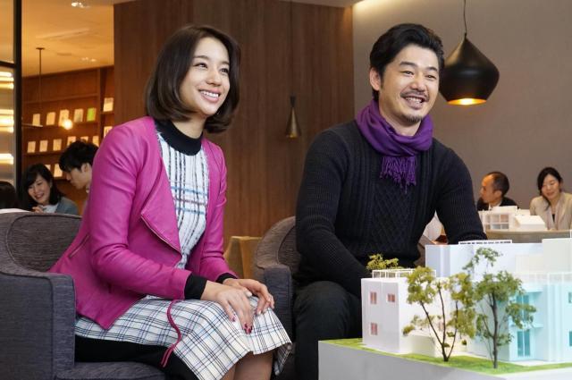 杉崎ちひろ(高橋メアリージュン=写真左)と川村亮司(平山浩行)。ドラマ「隣の家族は青く見える」から