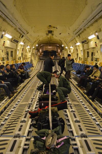 報道陣はC2に乗り込み、貨物室の壁沿いに着席。エンジン音はC1ほどは響かず、少し声を張れば話せる=1月31日