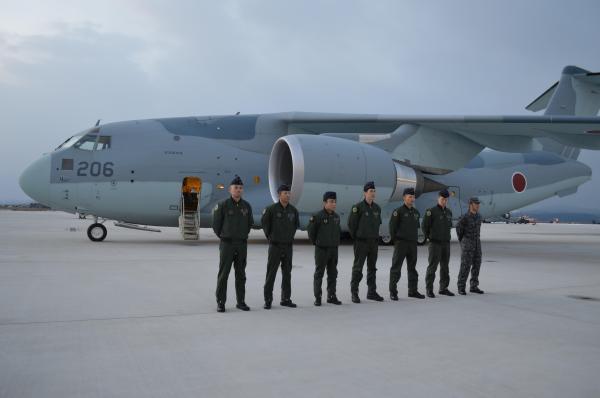 翌朝、C2初の飛行任務への出発式で並ぶ乗組員ら。報道陣も空自入間基地まで乗る=1月31日、鳥取県境港市の空自美保基地