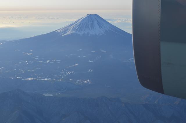 C2貨物室の窓越しに見る巨大なエンジンと富士山=1月31日午前