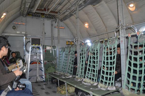 C1の貨物室。人を多く運ぶ場合は、壁際に加えてこのように真ん中にも座席を設ける=1月30日