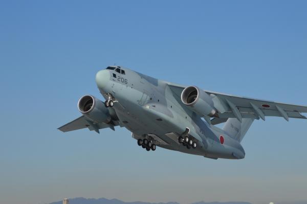硫黄島へ戦没者の遺骨収集に向かう遺族らと物資を乗せ、初の飛行任務で飛び立つC2=1月31日、埼玉県狭山市の空自入間基地