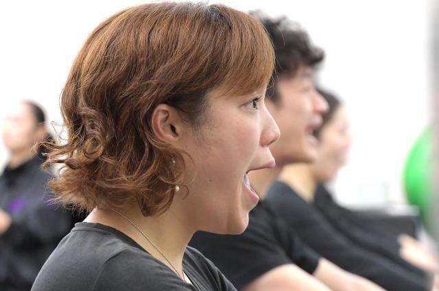 発音する度、顔の筋肉が大きく動く。