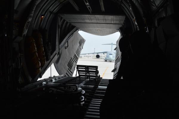 C1が空自美保基地に到着。後ろのハッチが開き、向こうに後継機で自衛隊最大の輸送機C2が見える=1月30日