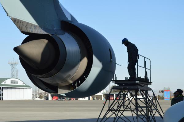 C2のエンジンを点検する整備士=1月31日、埼玉県狭山市の空自入間基地