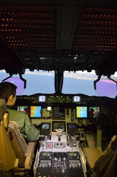 C2飛行シミュレーターの操縦席。画面に映る景色はCG=1月30日