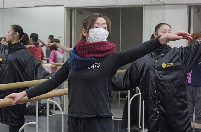 レッスン場にはマスク姿の俳優や、背中にカイロを貼った俳優も。身体のケアに気を使っている。
