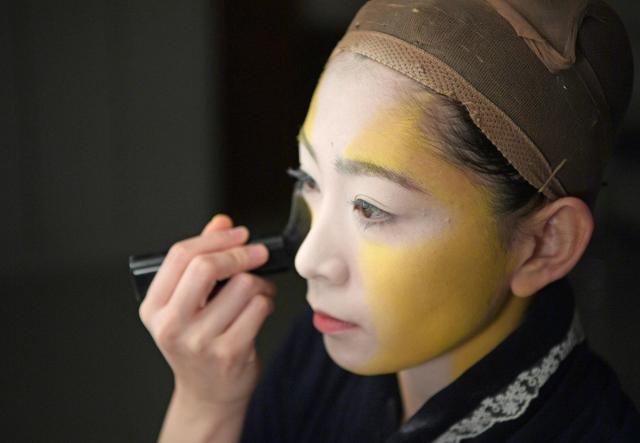 白く塗った顔のサイドに、黄色でシェーディングが入りました。