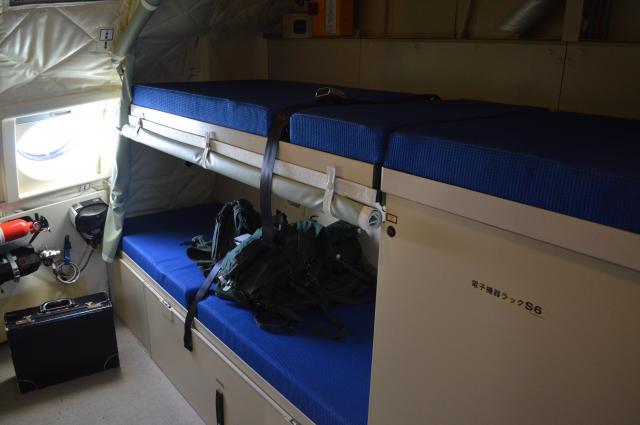C2のコックピットの後ろにある二段ベッド=1月31日午前