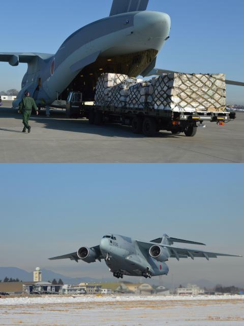 初の飛行任務で物資を積み込み、離陸する自衛隊最大の輸送機C2=1月31日午前、埼玉県狭山市の航空自衛隊入間基地