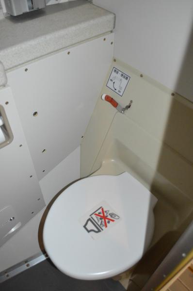 C2に二つあるトイレ。C1と違って旅客機の仕様に近い=1月31日