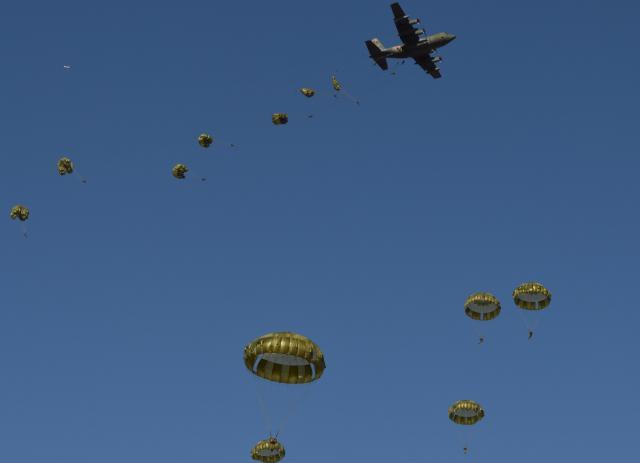 C130から次々と跳び出す陸上自衛隊の空挺隊員たち=1月12日、千葉県の陸自習志野演習場