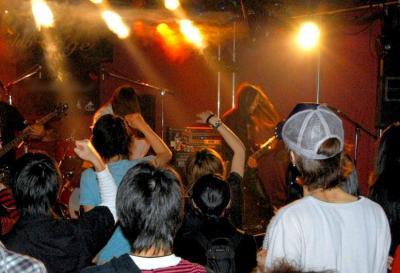 「ステマ」は昨今、至るところで横行している。このアマチュアバンドのライブでは、観客約30人のうち8人は盛り上げ役として雇われたサクラだった=2009年4月、東京都港区