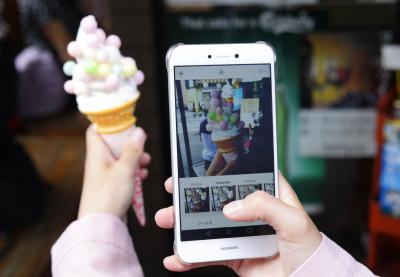 「インスタ映え」すると人気のおいりソフト=2017年8月10日、香川県琴平町