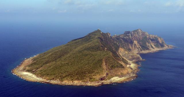 尖閣諸島で最大の魚釣島=2013年9月、朝日新聞社機より