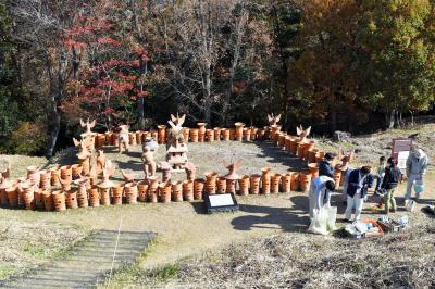 大日山35号墳には、市民らが作った埴輪が並ぶ=和歌山市岩橋
