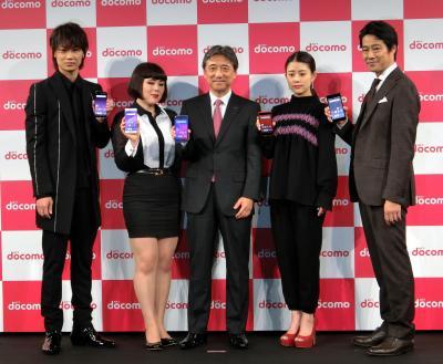 2017年5月24日に都内であったNTTドコモの新機種発表会。吉沢和弘社長(中央)に加え、右から堤真一さん、高畑充希さん、ブルゾンちえみさん、綾野剛さんら人気の芸能人も登場し、花を添えた